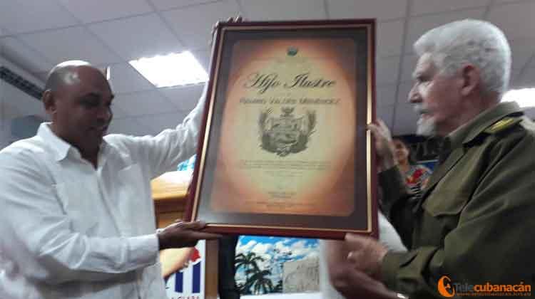 Recibe el Comandante de la Revolución Ramiro Valdés, condición Hijo Ilustre, otorgada por única vez por la APPP en Villa Clara.