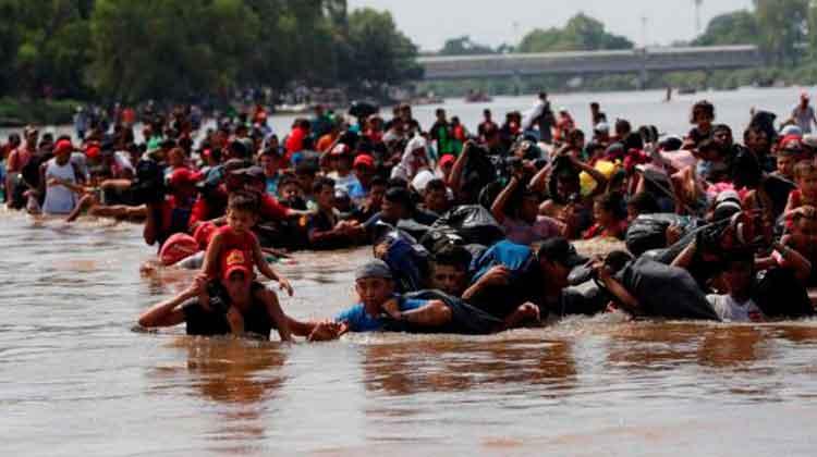 Migrantes cruzan el profundo río Suchiate, que separa a Guatemala de México. Foto: RTVE.