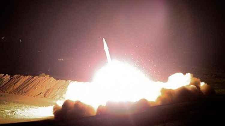 La respuesta misilística se dirigió a la base de Ain Al-Asad. Foto: @FarsNews_Agency.