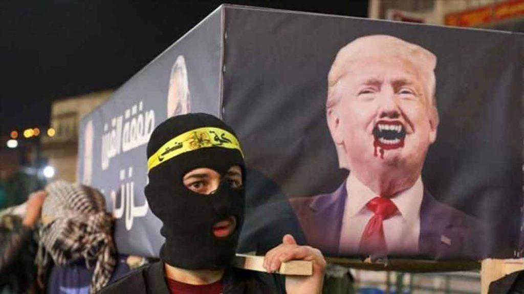 Palestinos llevan un ataúd simbólico con el retrato del presidente de EE.UU., Donald Trump, en una protesta, Naplusa, 28 de enero de 2020. Foto: AFP.