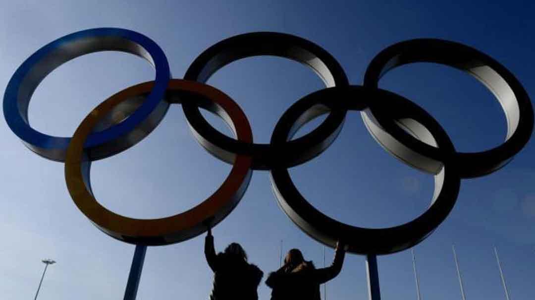 Dos visitantes posan bajo unos aros olímpicos ubicados en la villa olímpica. Foto: 20 minutos