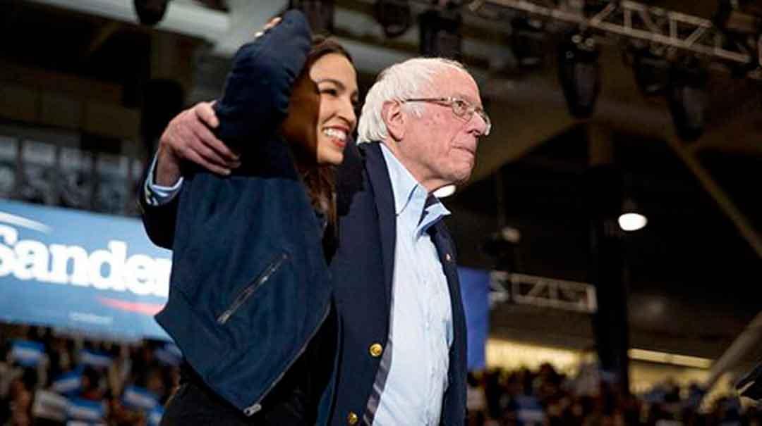 """Bernie Sanders junto a la congresista Alexandria Ocasio-Cortes en un """"rally"""" en Durham, N.H. Foto: AP."""