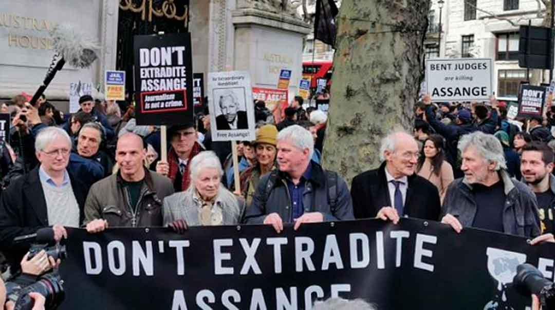 La protesta estuvo encabezada por el padre del periodista australiano, John Shipton, el exlíder de Pink Floyd, Roger Waters, el director de Wikileaks, Kristinn Hrafnsson, el cantante Brian Eno, y la diseñadora de modas Vivienne Westwood. Foto: Sputnik.