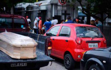Recogen más de 700 cadáveres en casas de Guayaquil, Ecuador