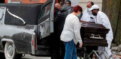 Funeraria de Nueva York apila cuerpos en la calle por falta de espacio debido al COVID-19